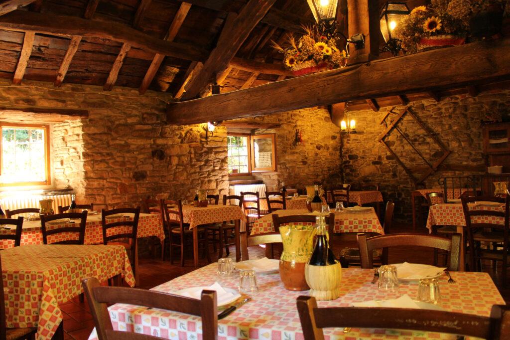 Sala vecchio granaio con soffitto originale in castagno, con capriata centrale a quattro acque.